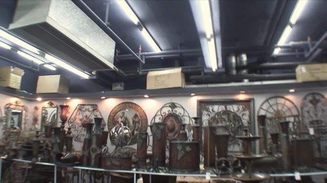 vídeos de stock, filmes e b-roll de ms items for sale in antique shop, guangzhou, china - antiquário loja