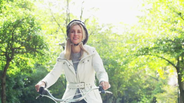 それはバイクに乗るのための美しい日です。 - スポーツヘルメット点の映像素材/bロール