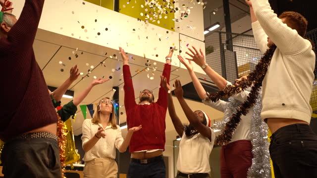 それは紙吹雪の時間です!明けましておめでとうございます、私たちのチームから、私たちはあなたに素敵な12月の休日を願っています! - party hat点の映像素材/bロール