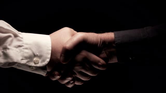 vídeos de stock e filmes b-roll de it's a deal! - apertar a mão
