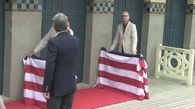 it's a tradition for the deauville film festival and michael douglas had the honor of unveilling his name written on the beach cabinet located on the... - heder bildbanksvideor och videomaterial från bakom kulisserna