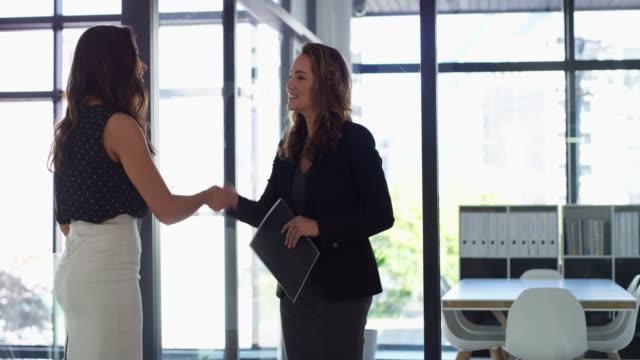 vídeos de stock e filmes b-roll de it's a win win deal - relação profissional