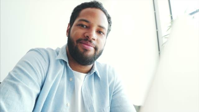 stockvideo's en b-roll-footage met zijn over positieve houding. - mooie mensen