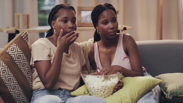 det är all underhållning de behöver för dagen - popcorn bildbanksvideor och videomaterial från bakom kulisserna