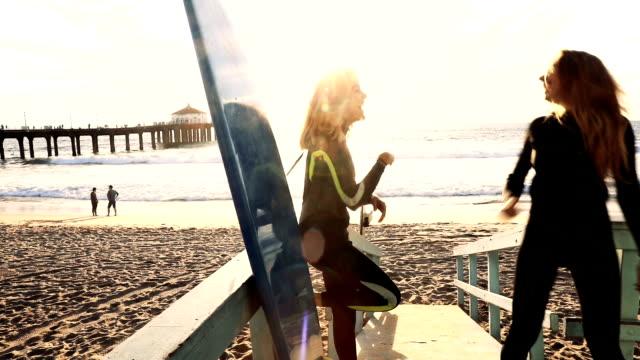 vídeos y material grabado en eventos de stock de siempre es un buen día para navegar aquí en california - traje de baño