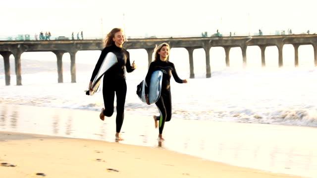 それは常に、ここカリフォルニアでサーフィンに良い一日です。 - 水着点の映像素材/bロール