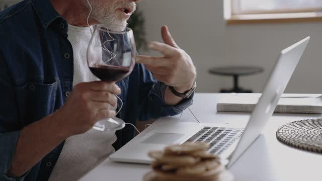 vidéos et rushes de c'est toujours le bon moment pour un verre de vin - seniornaute