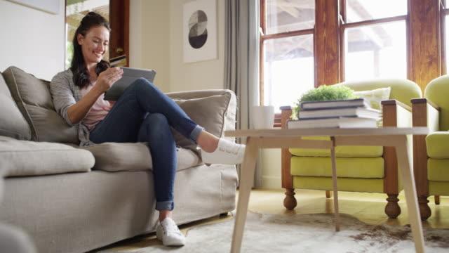 è sempre il momento perfetto per fare shopping online - boyfriend video stock e b–roll