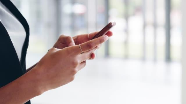 それはあなたの手のひらの上でビジネスネットワーキングです - 部分点の映像素材/bロール