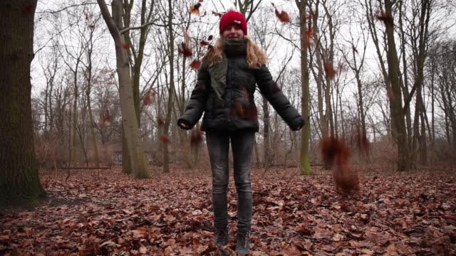 vídeos y material grabado en eventos de stock de it's cold outside - brief - abrigo de invierno
