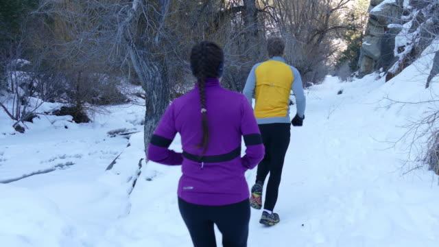 vídeos de stock, filmes e b-roll de o frio lá fora neve trilha em execução casal colorado rochoso montanhas - cottonwood canyon