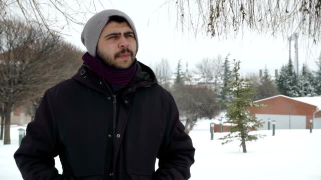 vídeos de stock, filmes e b-roll de hd : o frio lá fora - olhos verdes