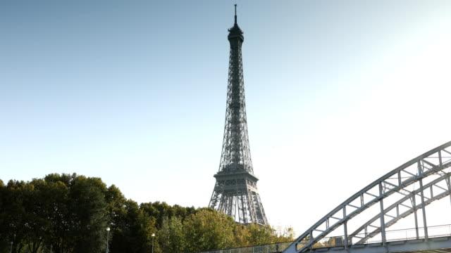 vídeos y material grabado en eventos de stock de torre de eiffel seine - pasear en coche sin destino