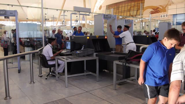 it's emerged today that poor security at sharm el sheikh airport was behind the prime minister's decision to suspend all flights to and from the... - kogalymavia flug 9268 stock-videos und b-roll-filmmaterial