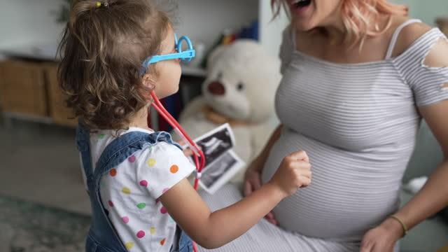 vídeos de stock e filmes b-roll de it's gonna be our baby - abdómen humano