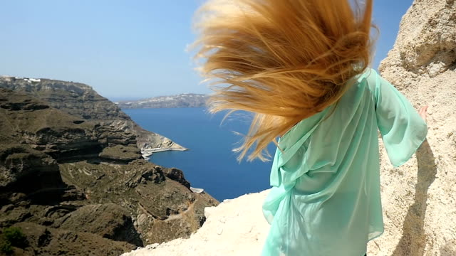 vídeos de stock, filmes e b-roll de é bom deixar seu cabelo livre - expressar otimismo