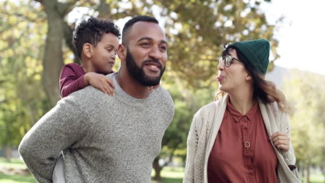 家族のための時間を作ることが私たちにとって重要です - おんぶ点の映像素材/bロール