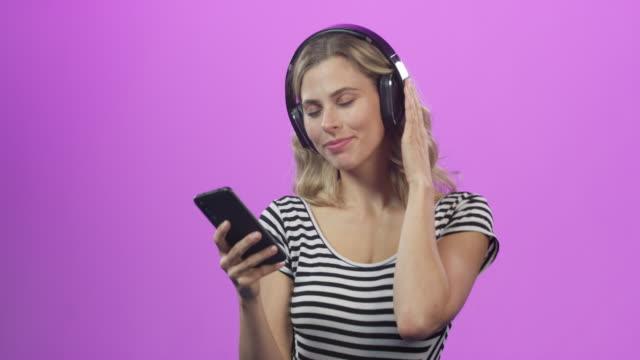vídeos y material grabado en eventos de stock de es como una fiesta en tu teléfono - auriculares equipo de música