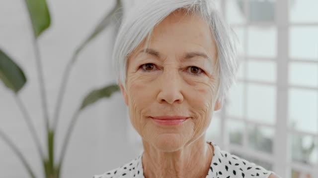 vidéos et rushes de il n'est jamais trop tard pour avoir une carrière de rêve - femmes seniors