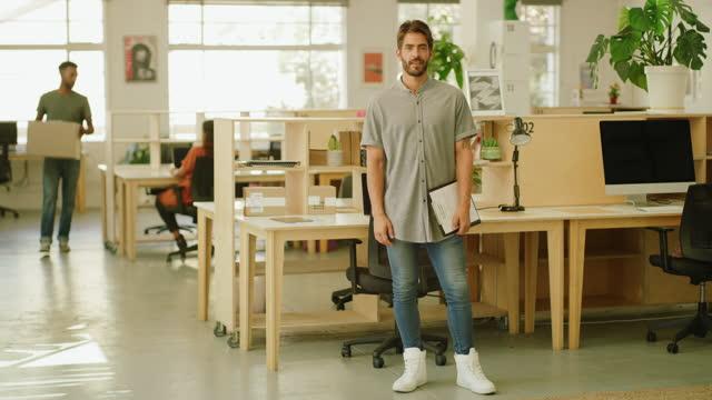 vidéos et rushes de ce n'est pas un bureau, c'est une machine à faire des rêves - cadrage en pied