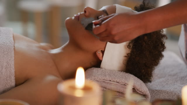 vídeos de stock e filmes b-roll de it's not just for relaxation but also to retain your beauty - spa treatment