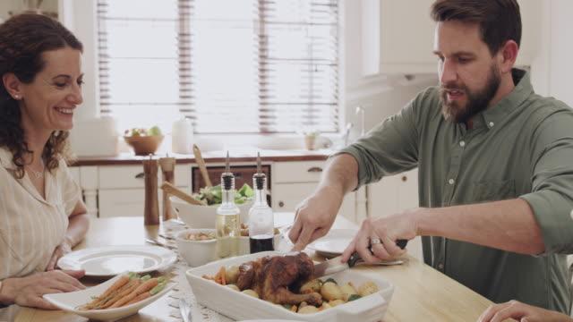 vídeos y material grabado en eventos de stock de no es el almuerzo del domingo sin pollo asado - comida del mediodía