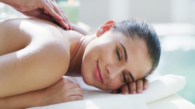 det är en avslappnande form av självkärlek och omsorg - massage table bildbanksvideor och videomaterial från bakom kulisserna