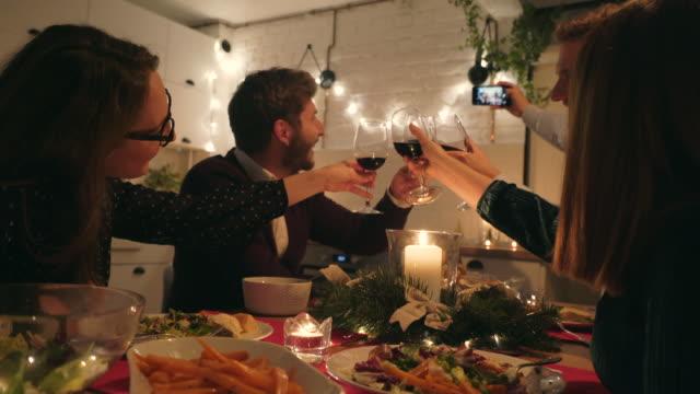 vídeos y material grabado en eventos de stock de ¡es la hora de selfie! - mesa de comedor