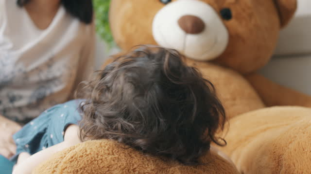 vídeos y material grabado en eventos de stock de es tan encantador, ¿no es este oso? - escuela preescolar