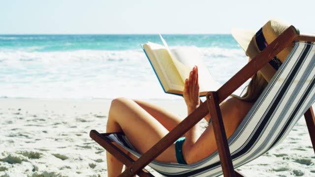 vidéos et rushes de c'est l'été, réservez votre place à la plage - brightly lit