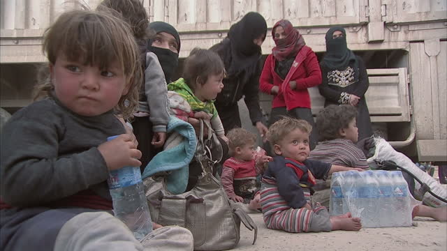 it's when they're in the relative safety of refugee camps that the people who've fled mosul feel ready to tell their stories about living under the... - flüchtlingslager stock-videos und b-roll-filmmaterial