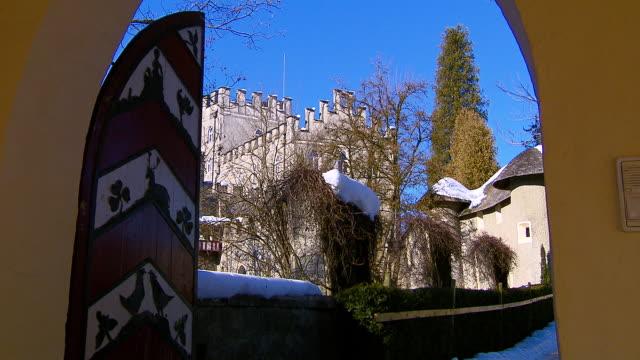itter castle (tirol - austria) - 建築上の特徴 アーチ点の映像素材/bロール