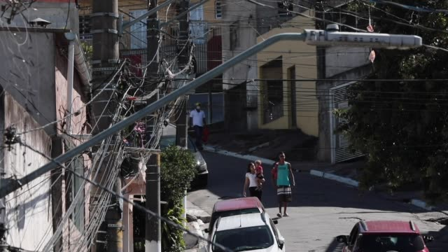 vídeos de stock, filmes e b-roll de ivan pereira do nascimento 39 years old conducts training sessions from the roof of his house to residents of brasilandia amidst the coronavirus... - pet equipment