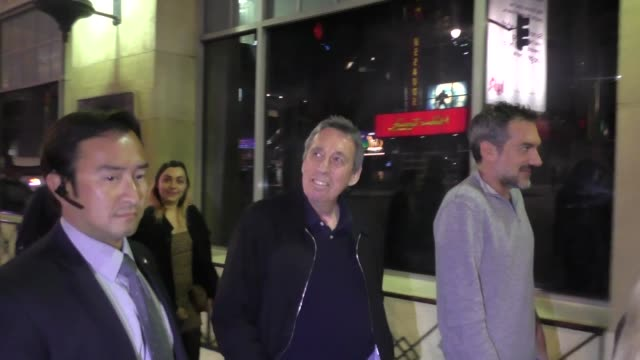 ivan reitman leaves father figures premiere at tcl chinese theater hollywood at celebrity sightings in los angeles on december 13, 2017 in los... - tcl chinese theater stock-videos und b-roll-filmmaterial