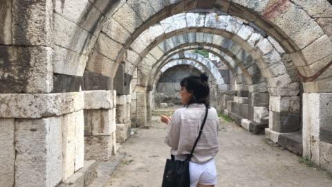 vidéos et rushes de des ruines romaines de agora de izmir, turquie égéenne - ruiné