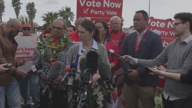 jacinda ardern answering journalist's questions during election campaign meeting. jacinda ardern - current prime minister on the campaign trail in... - 首相点の映像素材/bロール