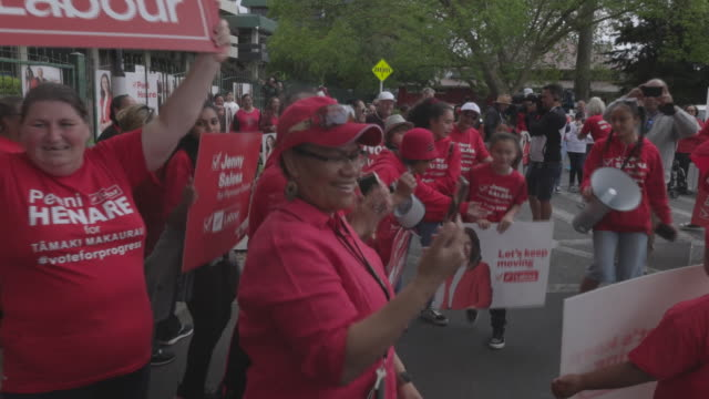 jacinda ardern's supporters dancing during election campaign meeting. jacinda ardern - current prime minister on the campaign trail in new zealand... - 首相点の映像素材/bロール