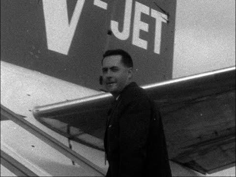 vidéos et rushes de jack brabham leaves for australia england london airport ext jack brebham boarding aeroplane turning to smile and wave broadcast at 9pm - jack brabham