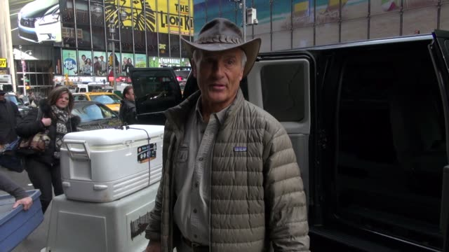 jack hanna at the 'good morning america' studio in new york on 2/21/2012 - jack hanna stock-videos und b-roll-filmmaterial