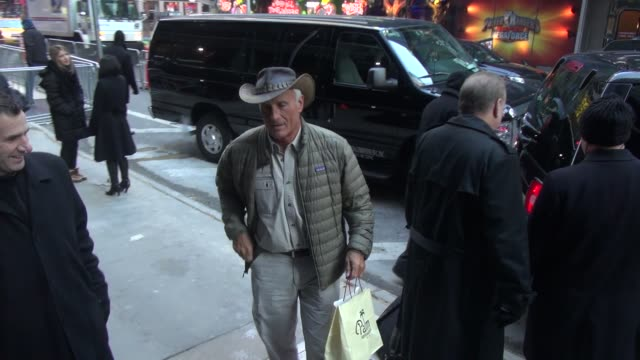 jack hanna exits good morning america and signs autographs for fans in new york city - celebrity sightings in new york city, ny on 12/11/13 - jack hanna stock-videos und b-roll-filmmaterial