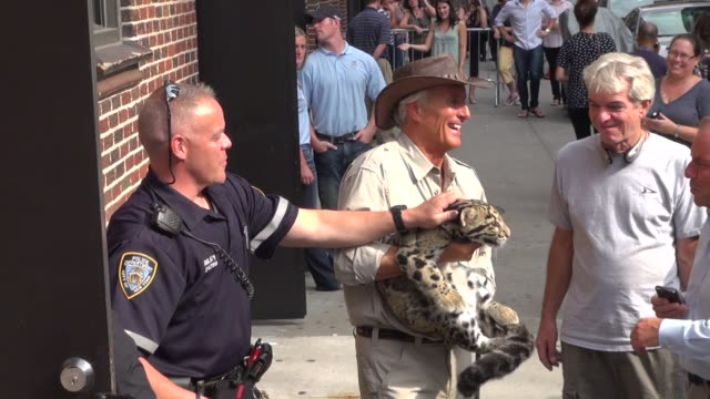 jack hanna holding an animal at the late show in new york 9/27/11 - jack hanna stock-videos und b-roll-filmmaterial