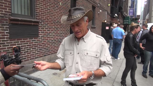 jack hanna with fans at the 'late show with david letterman' studio - jack hanna stock-videos und b-roll-filmmaterial