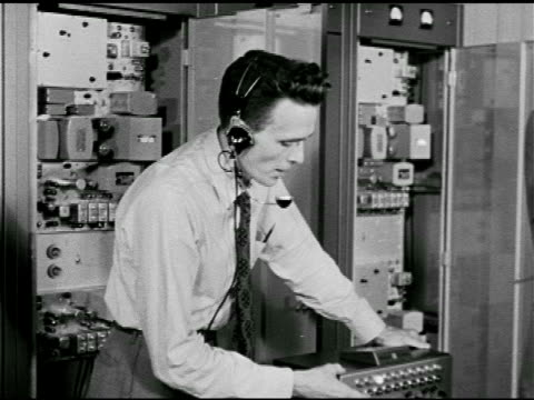 jack' head console operator explaining what city services are on the console to 'colonel' civil defense plan, the red scare, mccarthyism. - 反共産主義デモ点の映像素材/bロール