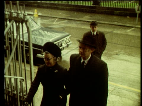 jack lynch taoiseach of ireland arrives at requiem mass for victims of bloody sunday shootings in londonderry dublin 02 feb 72 - politik und regierung stock-videos und b-roll-filmmaterial