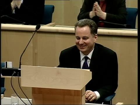 stockvideo's en b-roll-footage met jack mcconnell elected scottish first minister scotland edinburgh scottish parliament sir david steel announcing appointment sot gv msps ms lms jack... - david steel politiek