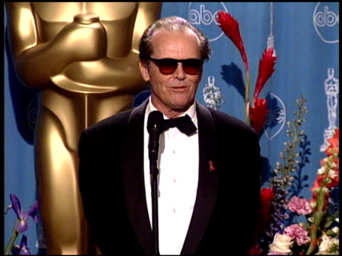 stockvideo's en b-roll-footage met jack nicholson at the 1998 academy awards at the shrine auditorium in los angeles california on march 23 1998 - 70e jaarlijkse academy awards