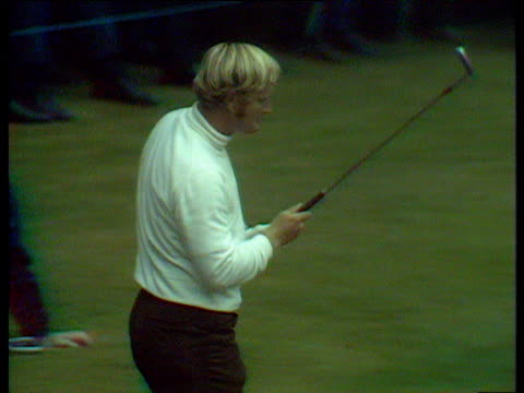 vídeos y material grabado en eventos de stock de jack nicklaus sinks putt for birdie and wins 14th hole against lee trevino world matchplay championship final - zapato de golf