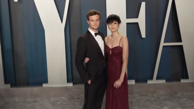 vídeos de stock, filmes e b-roll de jack quaid and lizzy mcgroder at vanity fair oscar party at wallis annenberg center for the performing arts on february 09 2020 in beverly hills... - vanity fair oscar party
