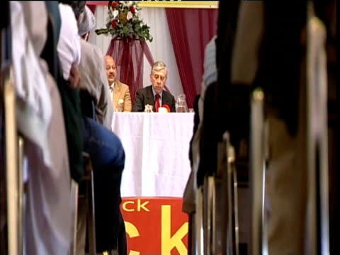 jack straw at constituency meeting attended by muslim audience blackburn 05 oct 06 - collegio elettorale video stock e b–roll