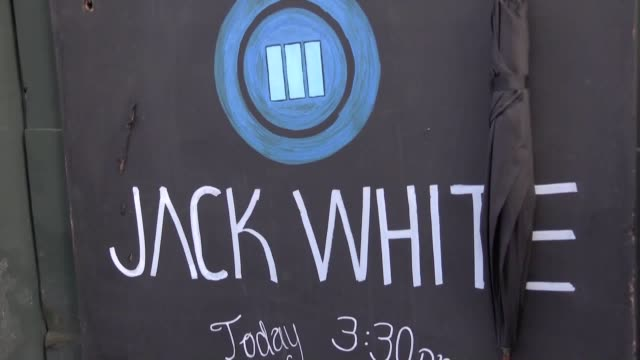 jack white brought an early festival atmosphere to london with an impromptu gig celebrating the release of his latest solo album warning some footage... - cd発売点の映像素材/bロール
